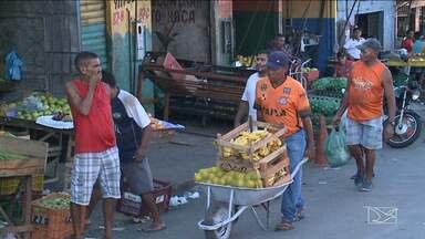 Feirantes são retirados novamente de feira em bairro de São Luís - Feirantes do João Paulo, em São Luís, foram novamente retirados hoje da área que ocupavam irregularmente na avenida São Marçal.