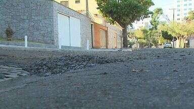 Morador reclama de buracos na Rua Regina do bairro Jardim Macedo em Ribeirão - Por causa da precariedade, carro que passava pela via ficou preso em buraco.
