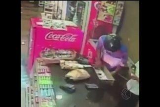 Vídeo mostra padaria sendo assaltada em Patos de Minas - Dois homens de moto e usando capacete chegaram anunciando o roubo. Os bandidos fugiram com o dinheiro pela Avenida Paracatu.