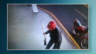 Polícia procura homem que matou comerciante e atirou na própria mãe - Sequência de crimes foi cometida em Cianorte.