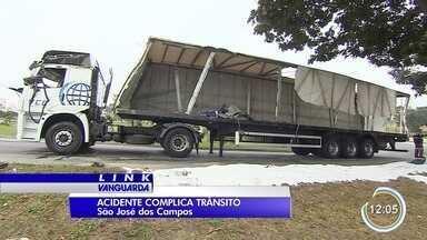 Tráfego em acesso a viaduto é liberado após retirada de carreta na zona sul de São José - Carreta estava há mais de vinte horas na pista depois de um acidente na manhã desta quarta-feira (12). Trânsito foi liberado por volta das 9h.
