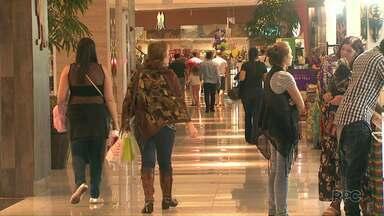 Argentinos aquecem comércio de Foz do Iguaçu - O movimento é grande em lojas, shoppings e também em supermercados.