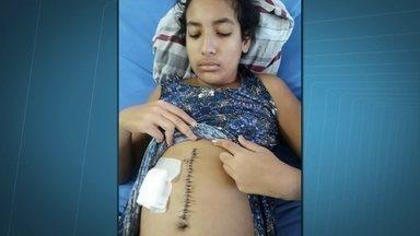 Menina de 13 anos sofre há 2 meses fortes dores por conta de erro médico - Ana Luísa está internada há dois meses com fortes dores na barriga, Após o resultado de uma tomografia, foi identificado um material metálico dentro do abdômen. A estudante fez uma cirurgia de vesícula.