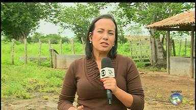 Estradas que dão acesso a zona rural pioram após chuvas - Buracos e lama prejudicam passagem de veículos nos locais.