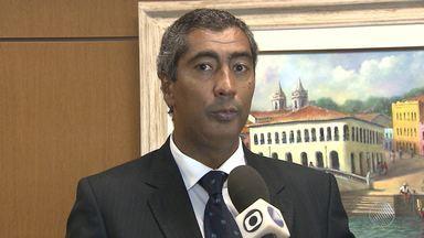 Promotor Almiro Sena é levado para o batalhão da PM de Camaçari - Veja mais informações no Giro de Notícias.
