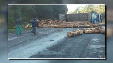 Homem morre em acidente entre carro e caminhão carregado com madeira - Foi em Palmas, na região sudoeste do Estado