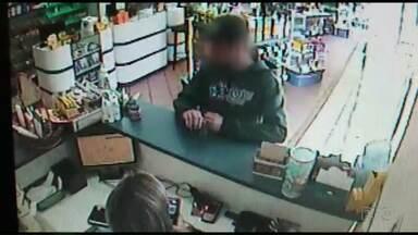 Homem assalta farmácia em plena luz do dia e sem esconder o rosto em Ponta Grossa - Crime foi na manhã desta quinta-feira (13), no centro da cidade.