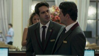 Agnaldo conta a Malagueta que seu plano deu certo - O recepcionista recebe uma mensagem de Sandra Helena com a novidade