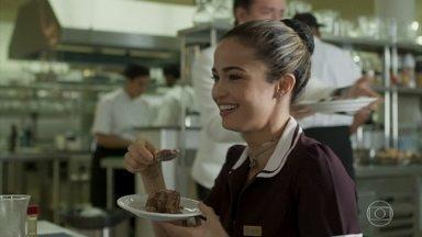Sandra Helena descobre que Nelito jogou a torta fora - Ela percebe que o colega de trabalho está estressado e pede ajuda a Cíntia para descobrir o motivo