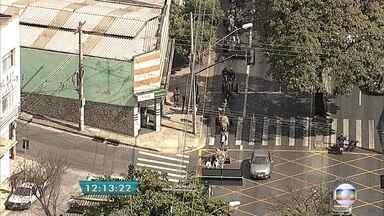 Carroceiros fazem protesto em avenida de BH contra projeto de lei que proíbe atividade - Eles ocupavam, às 12h15, uma pista da Avenida Pedro II sentido centro.