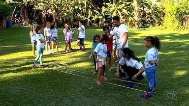 Jornalista mirim mostra brincadeiras que fazem sucesso em colônias de férias em Goiânia - Série de reportagens mostra até como produzir os próprios brinquedos para curtir as férias.