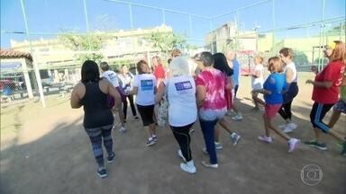 Moradores comemoram com bolo as melhorias em uma praça em Cavalcanti - A equipe do RJ Móvel estacionou onde moradores se queixavam das péssimas condições de um parque, mas ainda pedem um campo de futebol.