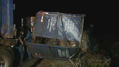 Treminhão carregado com sucata tomba em rodovia em Sertãozinho, SP - Motorista e auxiliar sofreram ferimentos leves.