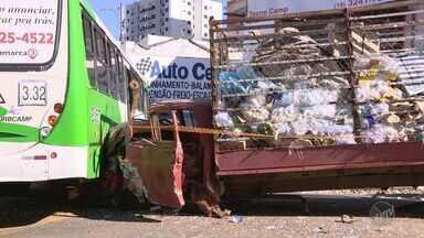 Acidente envolvendo caminhão de recicláveis, ônibus e carros deixa feridos em Campinas - De acordo com a Empresa Municipal de Desenvolvimento de Campinas (Emdec), trânsito está bloqueado no local.