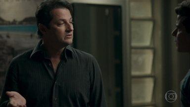 Júlio dá um soco em Malagueta - O garçom fica transtornado ao saber que Malagueta ligou para Nelito e fez ameaças a Antônia