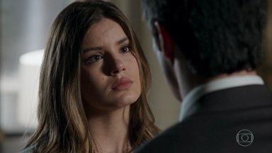 Eric pede que Luíza vá morar com ele - O empresário garante que respeitará as vontades da neta de Pedrinho. Os dois se beijam
