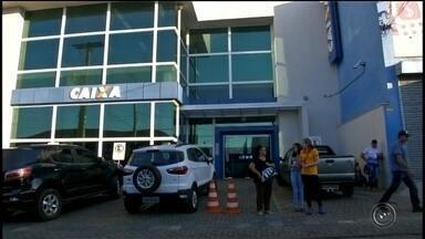 Homem cai em 'golpe do pacote' e perde mais de R$ 6 mil em Itapeva - Um funcionário público perdeu mais de R$ 6 mil em um golpe aplicado por dois criminosos, nesta sexta-feira (14), em Itapeva (SP).