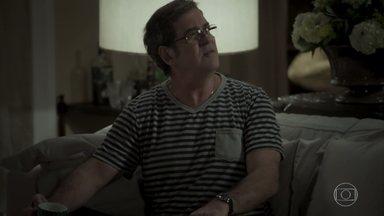 Junqueira diz para Heleninha que Bibi poderia estar grávida de Caio - Irmã do advogado fica intrigada após questionar Aurora sobre o assunto. Leila se irrita com Caio por causa de Bibi