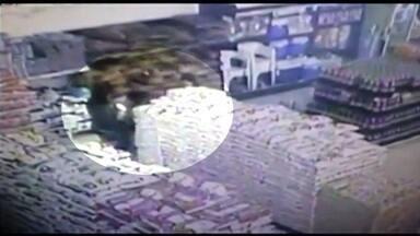 Avó e neta são presas suspeitas de furto em supermercado de Itumbiara, GO; vídeo - Imagens mostram quando dupla pega vários produtos no local. Segundo PM, idosa colocava sacolas amarradas às pernas e neta atuava como 'escudo'.