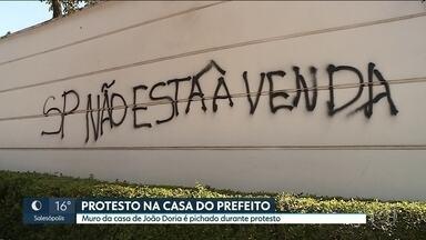 Professor é preso durante manifestação contra programa de desestatização da prefeitura - Um professor de 23 anos foi preso acusado de pichar o muro da casa do prefeito durante manifestação contra programa de desestatização da prefeitura de São Paulo.