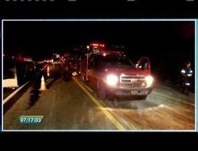 Acidente deixa mortos e um ferido na BR-116, próximo a Itambacuri - Segundo a PRF, uma moto, um carro e uma carreta se envolveram no acidente.