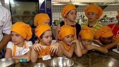Curso de cozinha para crianças é opção para mês de férias no Recife - Vários minicursos estão sendo oferecidos no Senac, no centro do Recife