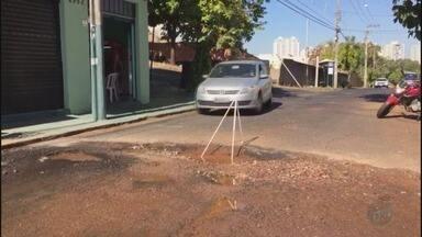 Buraco na Rua Barão do Amazonas atrapalha motoristas em Ribeirão Preto - Moradora reclama que teve prejuízos com o carro após passar no buraco.