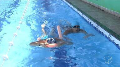 Pais devem incentivar crianças a praticar natação para evitar eventuais acidente - Além de fazer bem para a saúde da criança, o ato de saber nadar é importante desde cedo para evitar afogamentos em praias, piscinas e balneários.