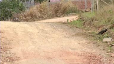 Zé do Bairro mostra problema no bairro Triângulo, em Três Rios, RJ - Moradores pedem asfalto nas ruas.