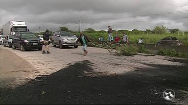 Manifestantes bloqueiam trecho da BR-232 para cobrar segurança em Bezerros - Cerca de 300 pessoas protestam no local. Grupo ainda cobra melhorias em uma via local.