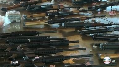 Traficantes comemoram a chegada de novas armas e tentam intimidar facção rival no RJ - Segundo a polícia, os criminosos gravaram imagens na Favela da Maré. A guerra do tráfico na comunidade se intensificou desde a semana passada.