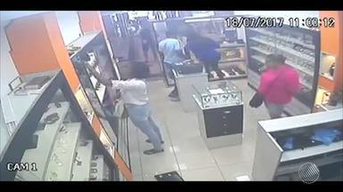Homem e duas mulheres assaltam joalheria em shopping de Camaçari - As imagens da loja flagraram a ação; confira.