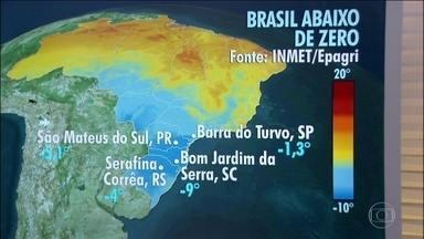 Tem risco de geada no Sul, em Mato Grosso do Sul e São Paulo - Tem previsão de ressaca no litoral de Sào Paulo e no Rio de Janeiro. Entre Santos e Arraial do Cabo, as ondas podem chegar a até três metros de altura.