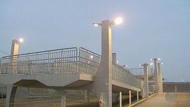 'Até Quando?' mostra conserto de fiação elétrica em passarela em Ribeirão - Problema na zona leste foi mostrado pelo Jornal da EPTV há 60 dias.