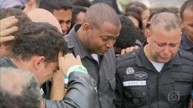 Luto e tristeza nos enterros de dois PMs nesta quarta - O Cabo Bruno dos Santos Leonardo e o soldado Thiago Marzola foram mortos na última segunda. De 2016 até hoje, são 146 PMs assassinados no RJ. Comandante da tropa pediu prisão perpétua para quem mata policial.