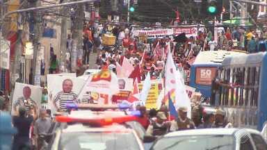 Grupo protesta contra Temer e a favor do ex-presidente Lula no Campo Grande, em Salvador - Representantes se reuniram na última quinta (20). Confira na reportagem.