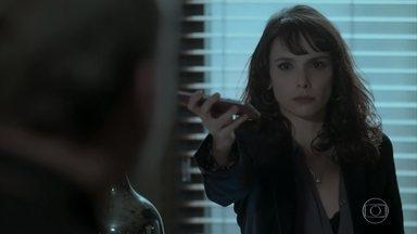 Irene tenta convencer Eugênio de que não mentiu - Arquiteta acusa Ruy de tentar matá-la