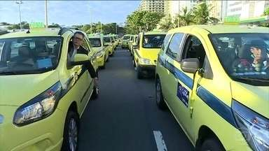 Manifestação de taxistas trava o trânsito no RJ - De acordo com o sindicato dos taxistas autônomos, o ato foi contra os aplicativos de transporte de passageiros, que não são regularizados.