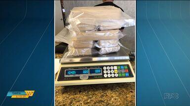 Motorista de caminhão é preso carregando dez quilos de pasta base de cocaína - A polícia parou o motorista na região de Paranavaí depois de uma denúncia anônima.
