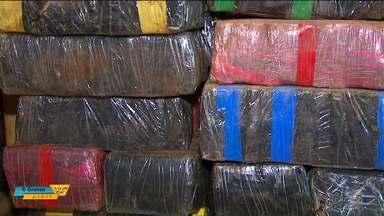 Polícia Rodoviária Federal faz grande apreensão de maconha, armas e munição em Toledo - As drogas e as armas estavam escondidas debaixo de uma carga de feijão.