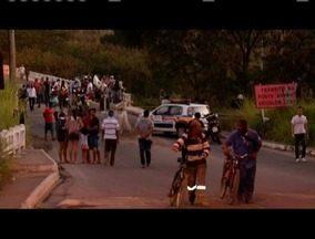 Acidente deixa trânsito parado na ponte que liga Timóteo a Coronel Fabriciano - Motorista de caminhão caiu dentro do Rio Piracicaba.