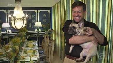 Bruno Astuto abre a casa e mostras seus 'abacaxis' - Colunista mostra decoração de sua casa, que tem vários objetos em forma de abacaxi. Ana Maria recebe Bruno na Casa de Cristal e ganha vários presentes inspirados na fruta