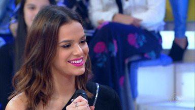 Marquezine conta como começou a gostar de maquiagem - Atriz afirmou que escolhe batom de acordo com seu humor