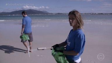 Fernanda de Freitas ajuda a catar lixo em praias de Floripa - Atriz se junta aos vonluntários do projeto 'Route', que ajuda na conscientização ambiental
