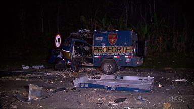 Duas pessoas ficam feridas em assalto a carro forte na BR-277 - Um vigilante do carro forte e um caminhoneiro que passava pelo local foram atingidos por disparos.