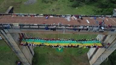 Grupo assa churrasco a mais de 20 metros do chão em Limeira (SP) - Grupo usa ponte abandonada para fazer o maior churrasco suspenso do mundo. Segundo o organizador, o desafio é inédito.