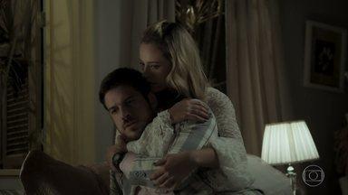 Zeca fica perplexo com revelação de Almerinda - Edinalva convida a cantora para ficar em sua casa. Jeiza conforta Zeca. Nazaré tenta acalmar Abel