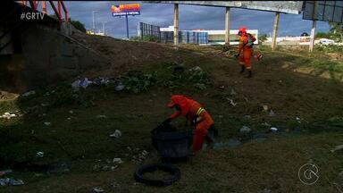 Secretaria de Serviços Públicos realiza ação contra o aedes aegypti, em Salgueiro - Um mutirão de limpeza nos canais da cidade busca evitar a proliferação do mosquito.