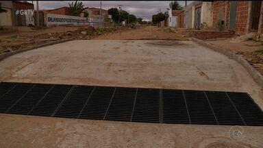 Moradores do bairro Rio Corrente reclamam de obras paradas, em Petrolina - As obras de construção do canal do bairro estão paradas, o que tem causado muitos transtornos.