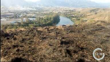 Área de 56 mil metros quadrados pega fogo em Cruzeiro - Área tem tamanho de sete campos de futebol.